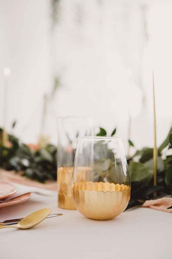 Detalhes em dourado nos copos de vidro.