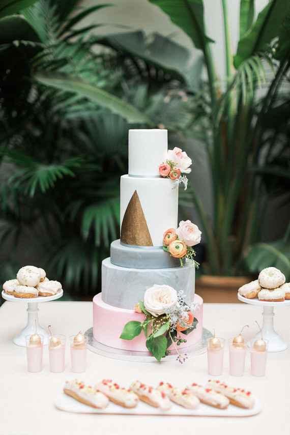Bolo de casamento branco e dourado.