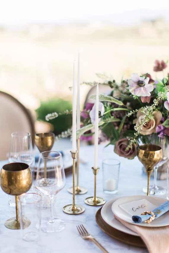 Decoração de casamento branco e dourado simples.