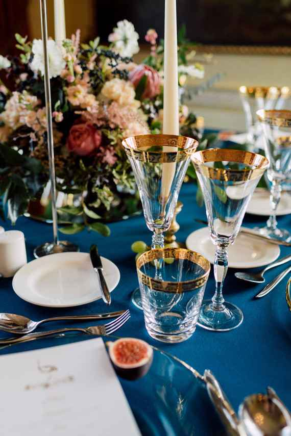 Decoração de casamento azul e dourado.