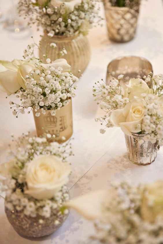 Cachepôs dourados para flores delicadas.