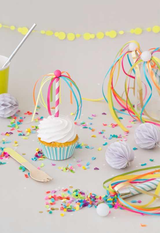 Decoração neon com fitas e confetes nos cupcakes