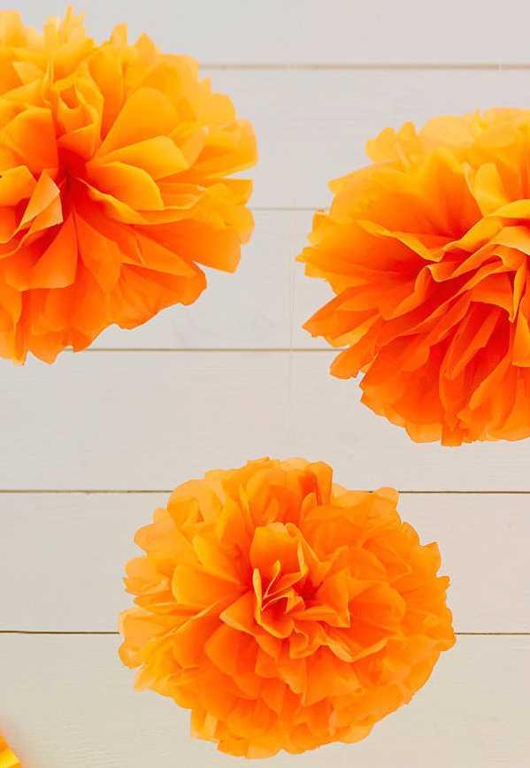 Esfera-flor de papel machê na decoração aérea
