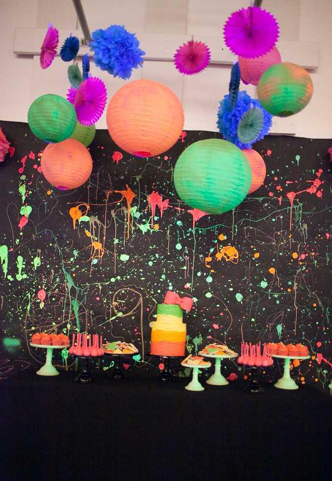 Mesa neon inspirada na guerra de tinta