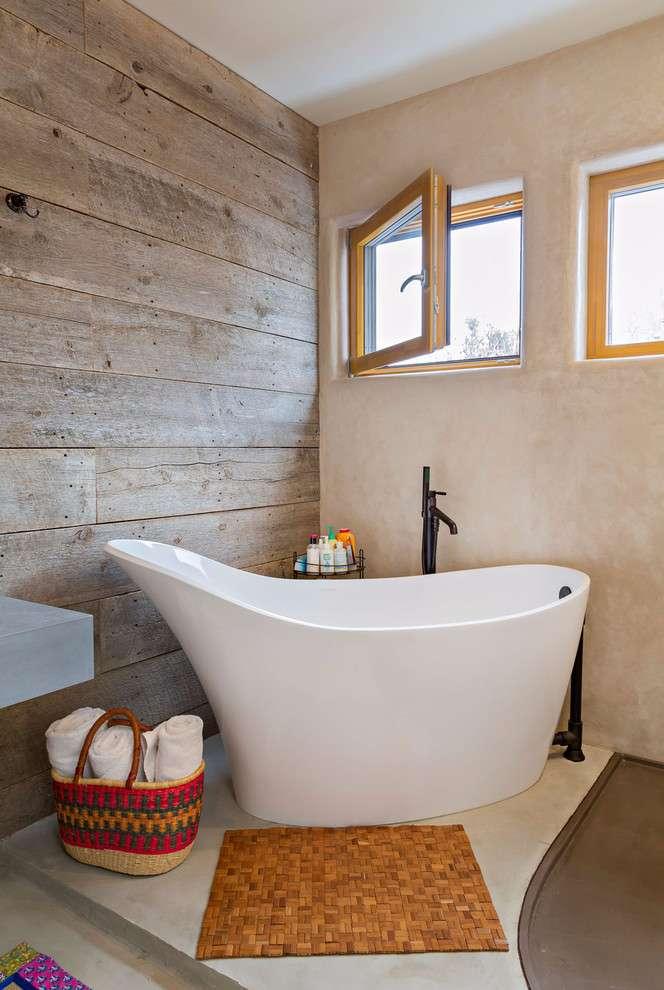 Banheiro com detalhe da madeira na parede.
