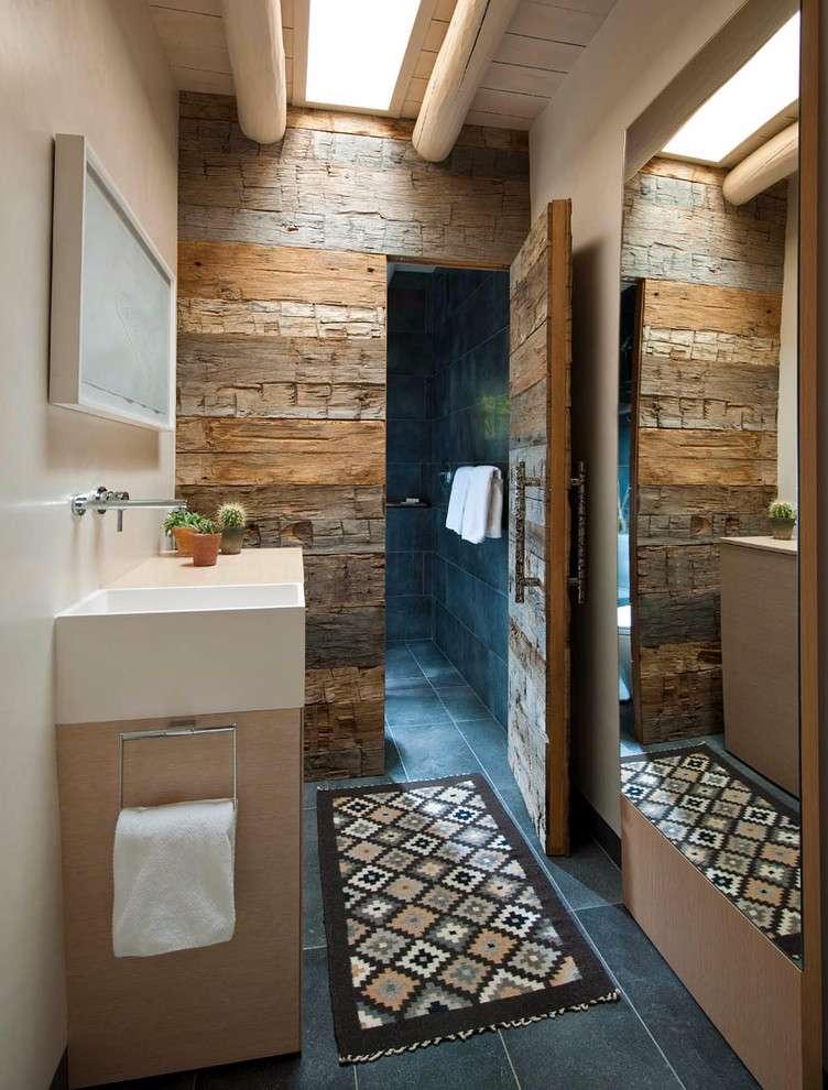 Neste projeto, a parede recebe o revestimento, assim como a porta de entrada do lavabo.