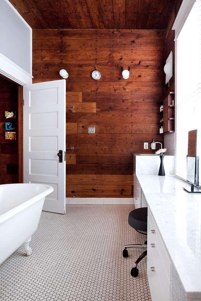 Parede em continuidade de revestimento da área externa ao banheiro.