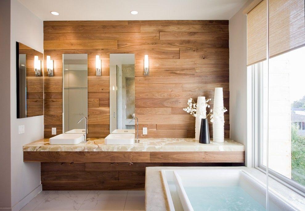 Banheiro com ripas de madeira na parede da bancada da pia.