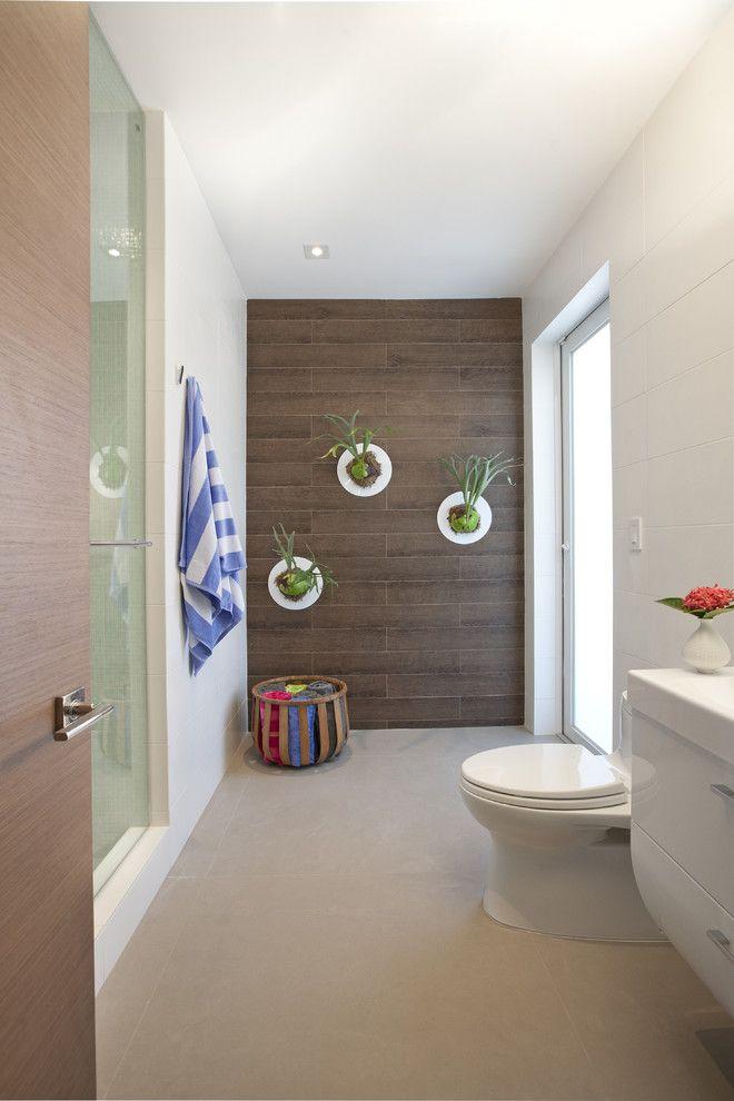 O uso do porcelanato que imita a madeira é uma ótima opção para áreas molhadas.