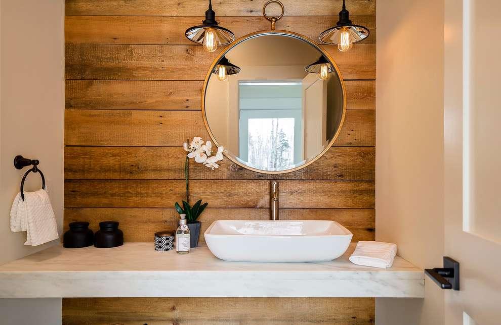 Adicione um detalhe rústico utilizando o revestimento de madeira na parede do banheiro.