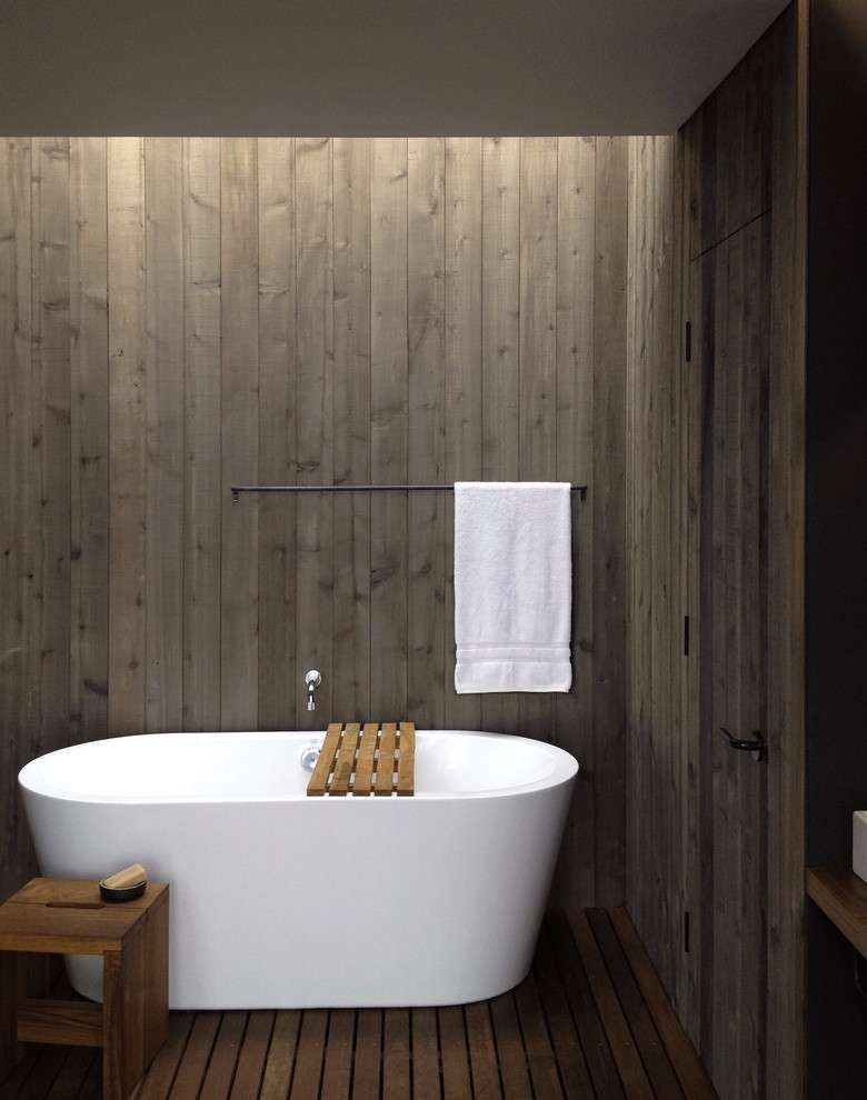 Crie um ar intimista para o banheiro com o revestimento de madeira na parede.