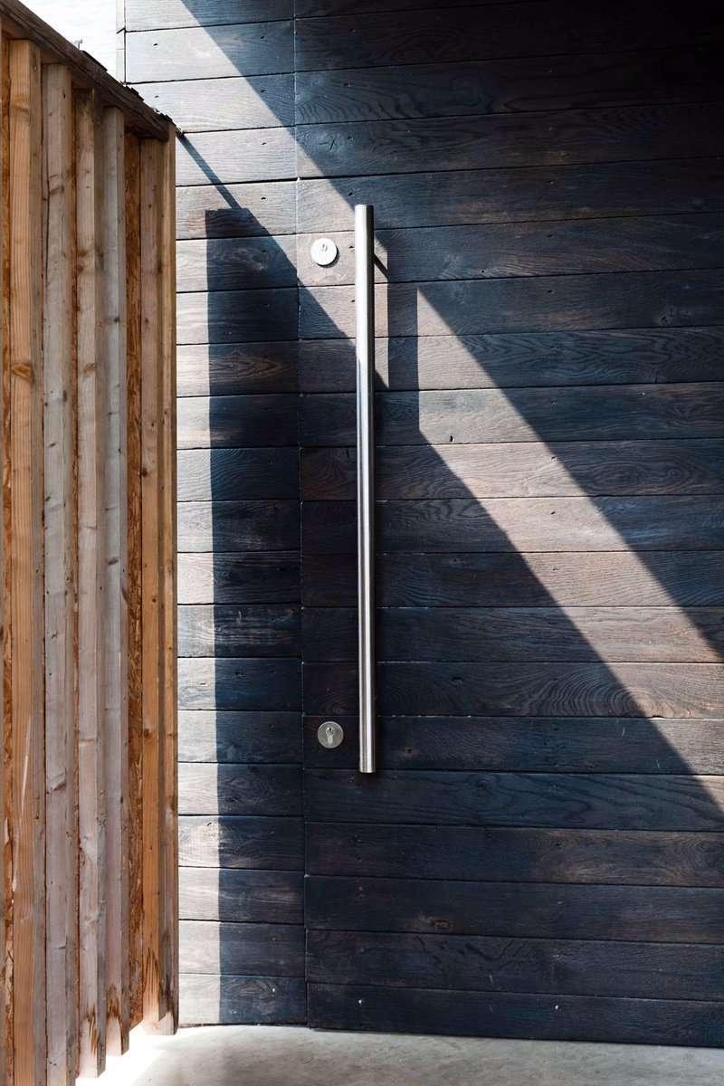 A madeira também pode ser utilizada em portas de correr em combinação com a parede.