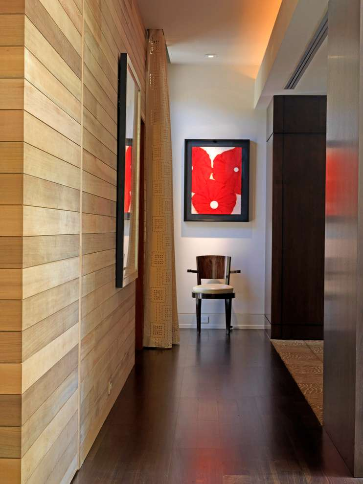 Modelo de corredor decorado com revestimento de madeira na parede.