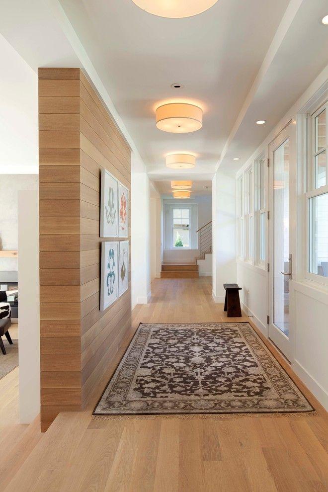 Em continuidade com o piso, a parede lateral do corredor foi revestida com madeira.