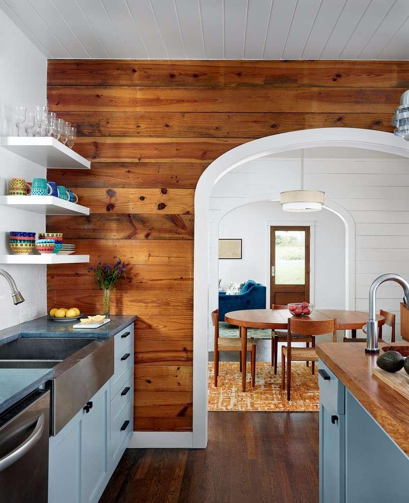Traga um ar mais rústico para a decoração da cozinha com o revestimento de madeira na parede.