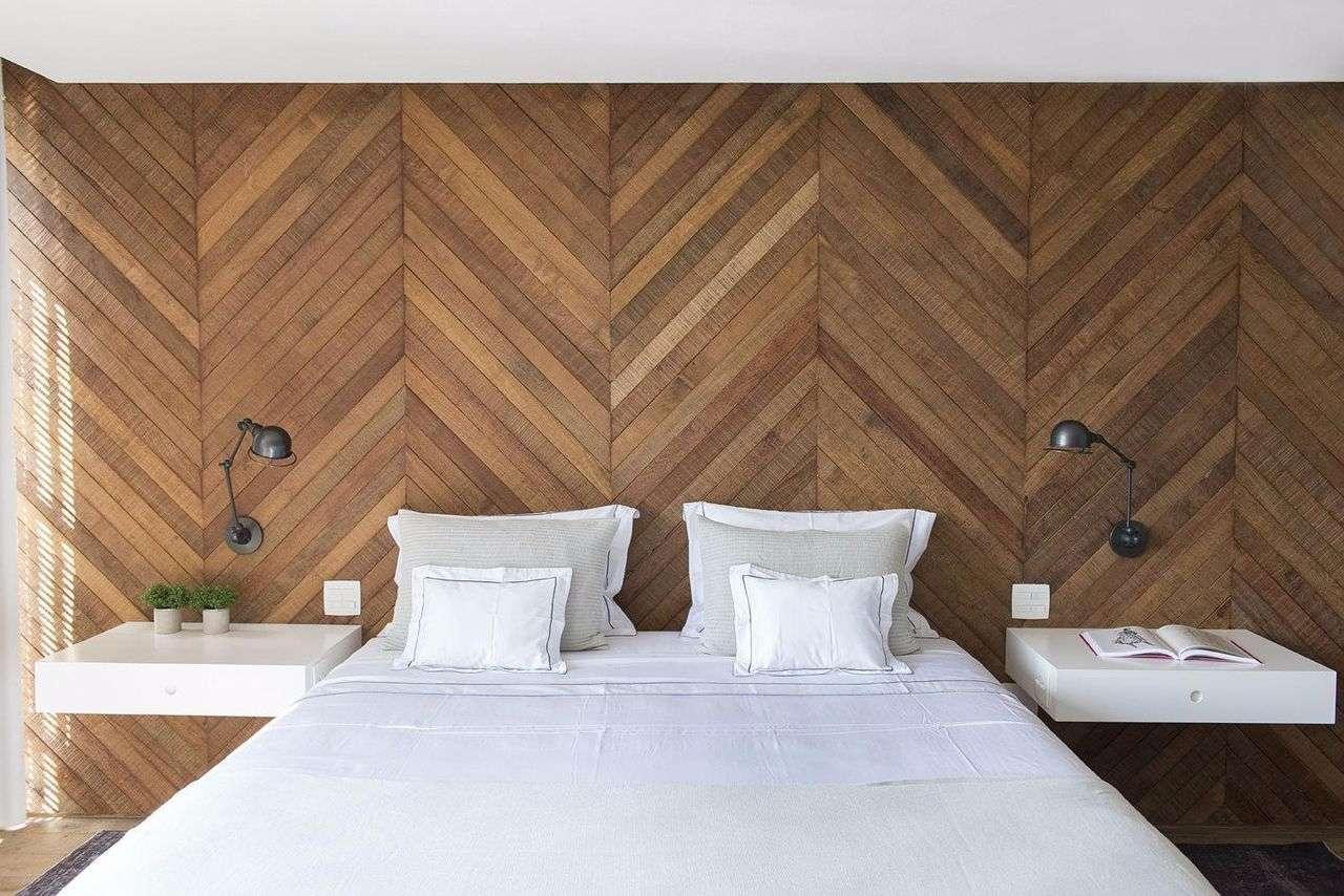Placas de madeira aplicadas na diagonal, formando um desenho diferenciado para a parede.