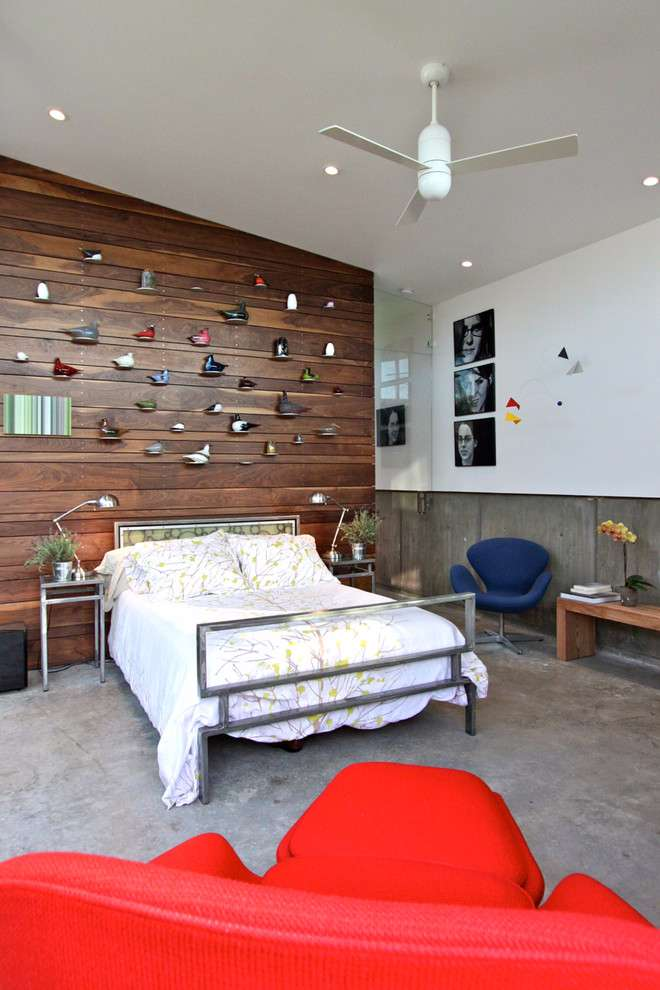 Crie uma parede marcante para a decoração do quarto usando a madeira como revestimento.