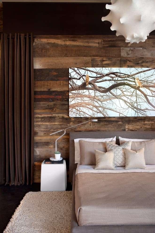 Deixe o quarto mais aconchegante com o uso da madeira como revestimento de parede.