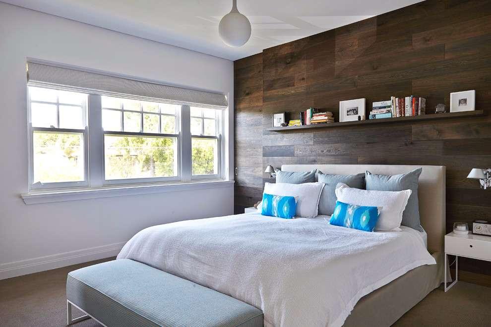 Quebre a monotonia em um quarto branco com o uso da madeira como revestimento de parede.