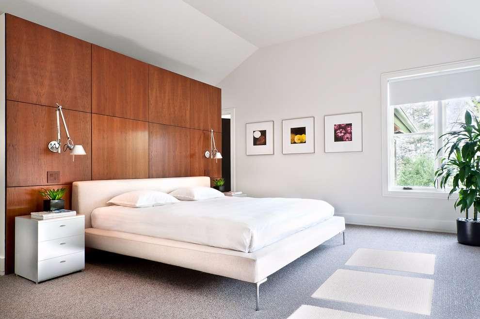 Acrescente um toque moderno a decoração do quarto de casal com o uso da madeira como revestimento de parede.