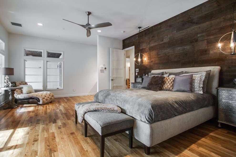 Rústico chique: crie um clima mais aconchegante com o revestimento de madeira na parede do quarto de casal.