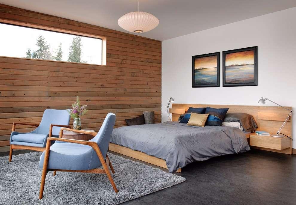 Escolha uma parede de destaque para decorar o quarto de casal com o revestimento de madeira.
