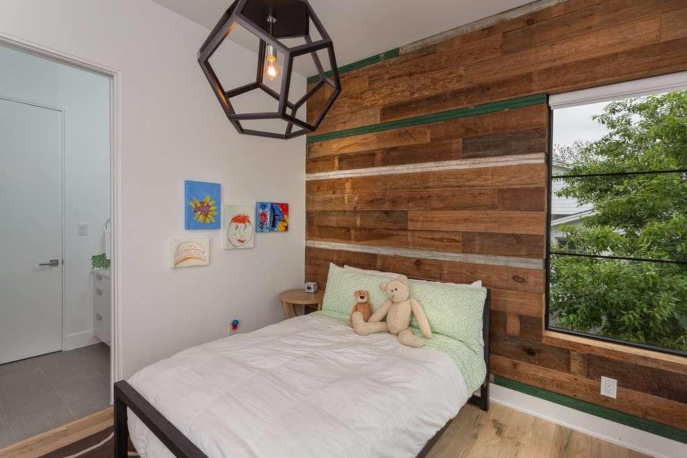 Deixe o quarto de bebê / infantil mais intimista com a proposta de revestimento de madeira na parede.