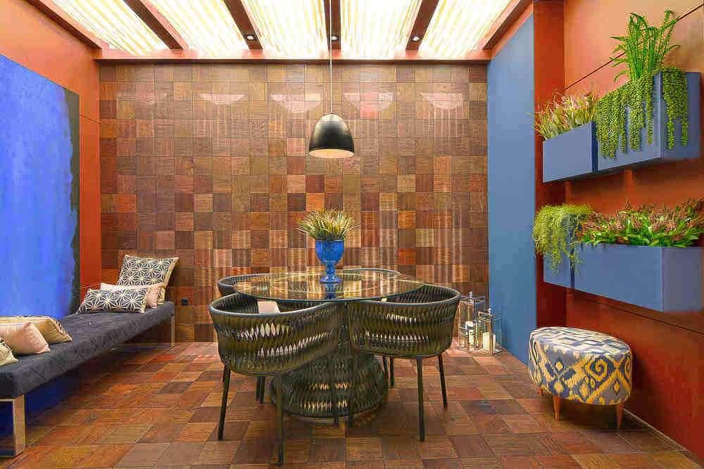 Diferentes texturas e cores em quadriculados do material na parede.