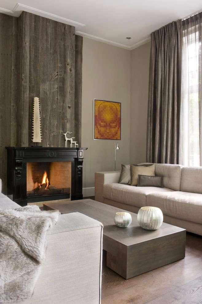 Este ambiente mantém a sobriedade mesmo com o uso da madeira na parede.