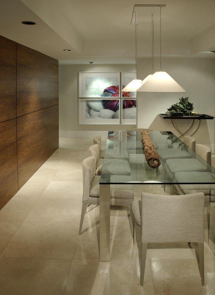 Deixe a sala de jantar mais elegante com uma parede de madeira.