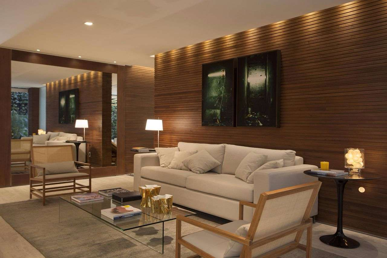 A madeira é um ótimo material para fazer um composição visual com o branco em outras paredes ou no teto de gesso.