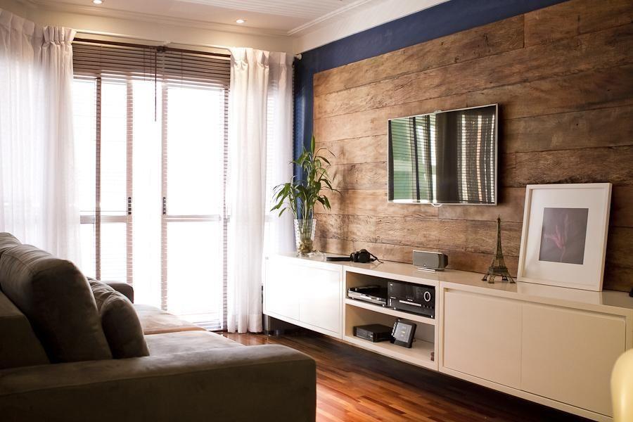 Aproveite o desgaste e ranhuras para ter uma parede / painel com madeira muito elegante na sua sala.