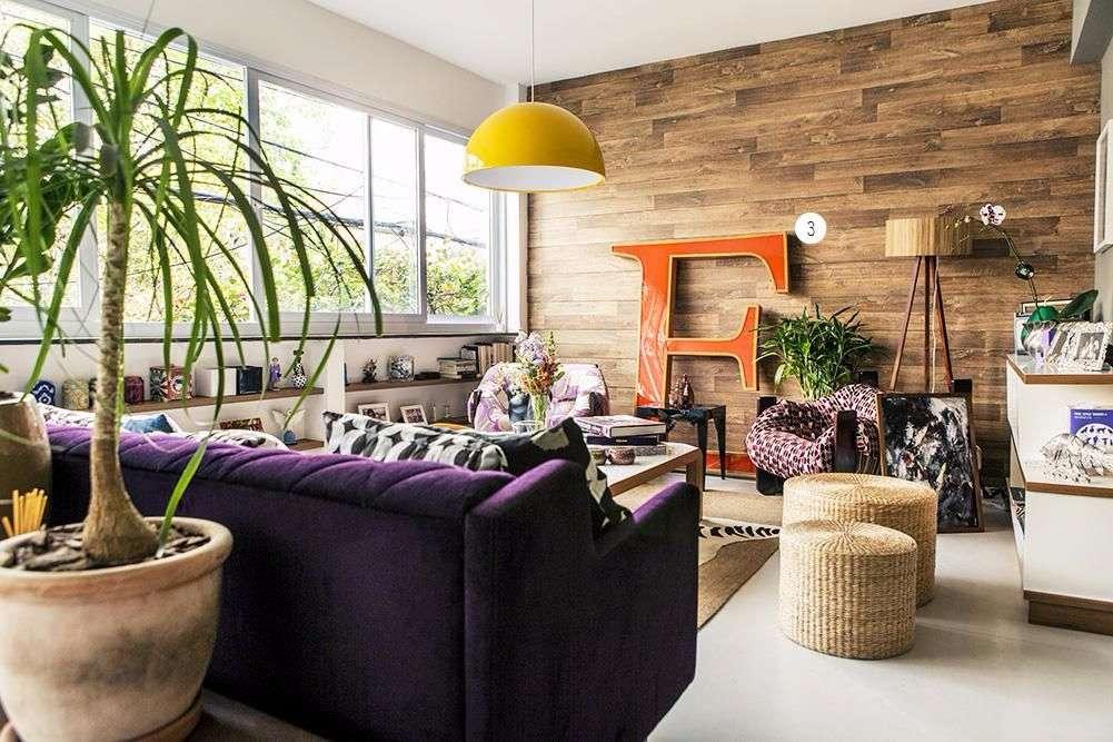 Sala de estar com revestimento de madeira na parede.