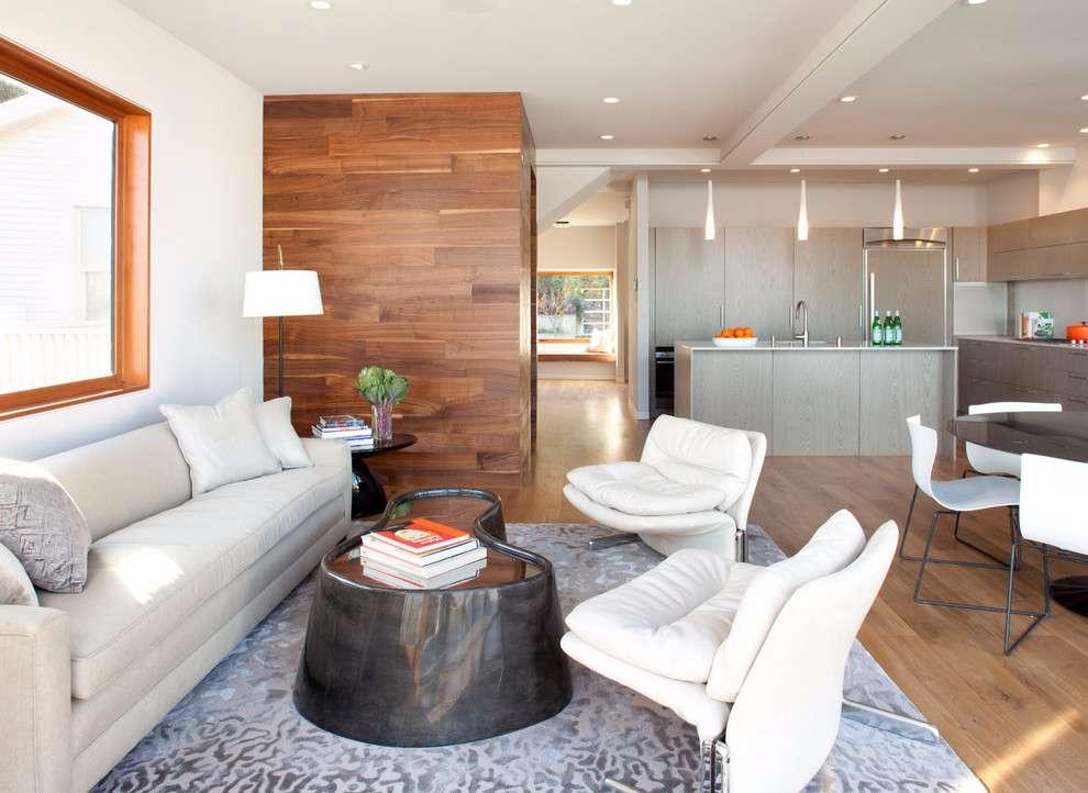 Traga um detalhe na decoração com uma pequena parede de madeira delimitando os ambientes.