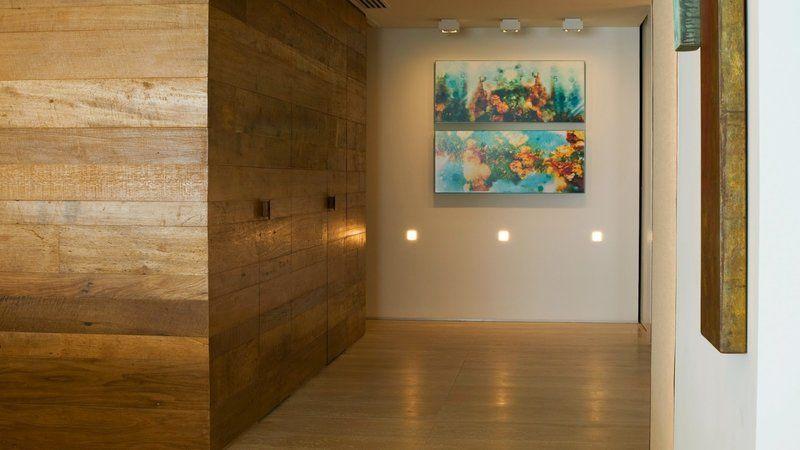 Deixe o corredor ou a sala mais marcante com o revestimento na parede.