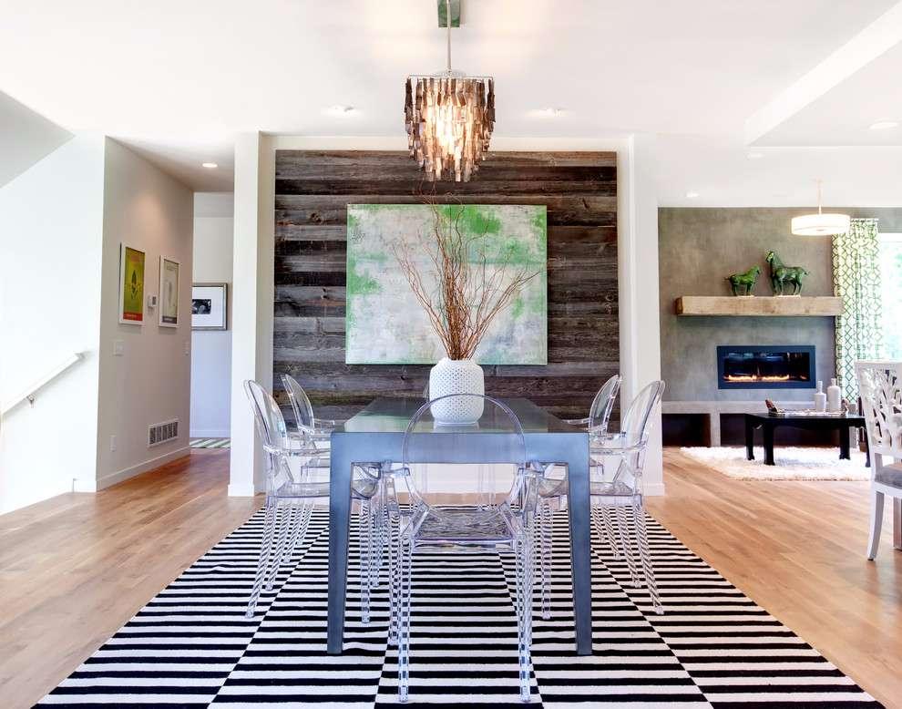 Mude a cara da sala de jantar com uma parede de madeira marcante.