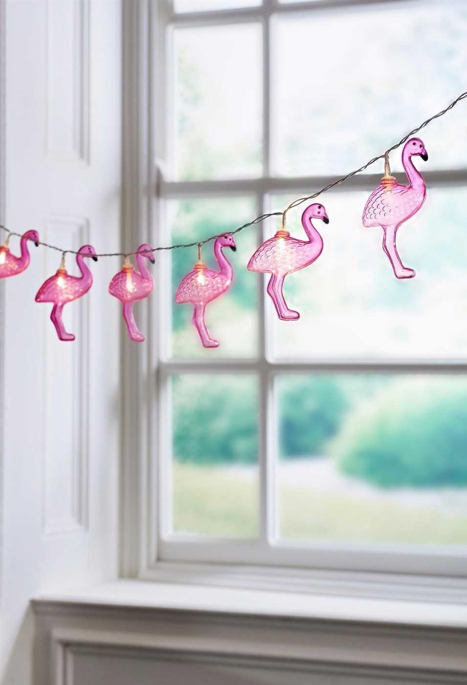 Iluminação com pequenos flamingos