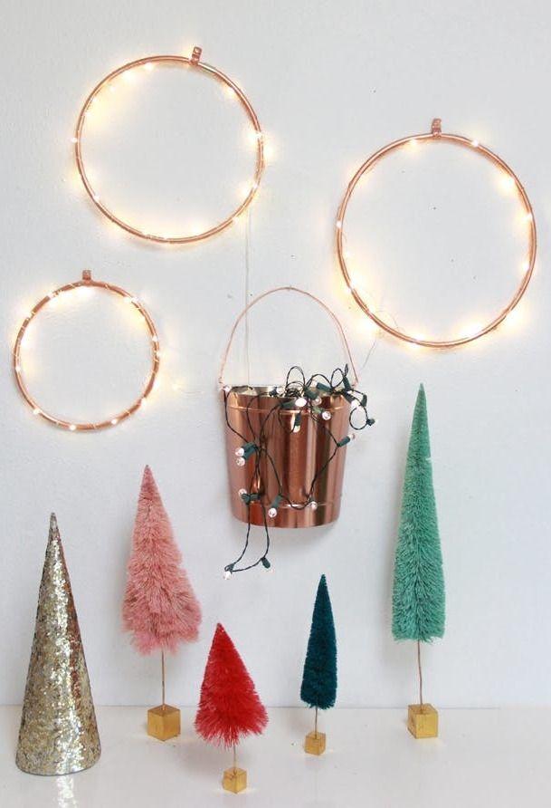 Iluminação natalina em argolas na parede