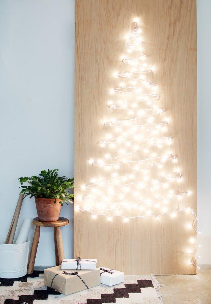 Arvore de natal na parede com iluminação