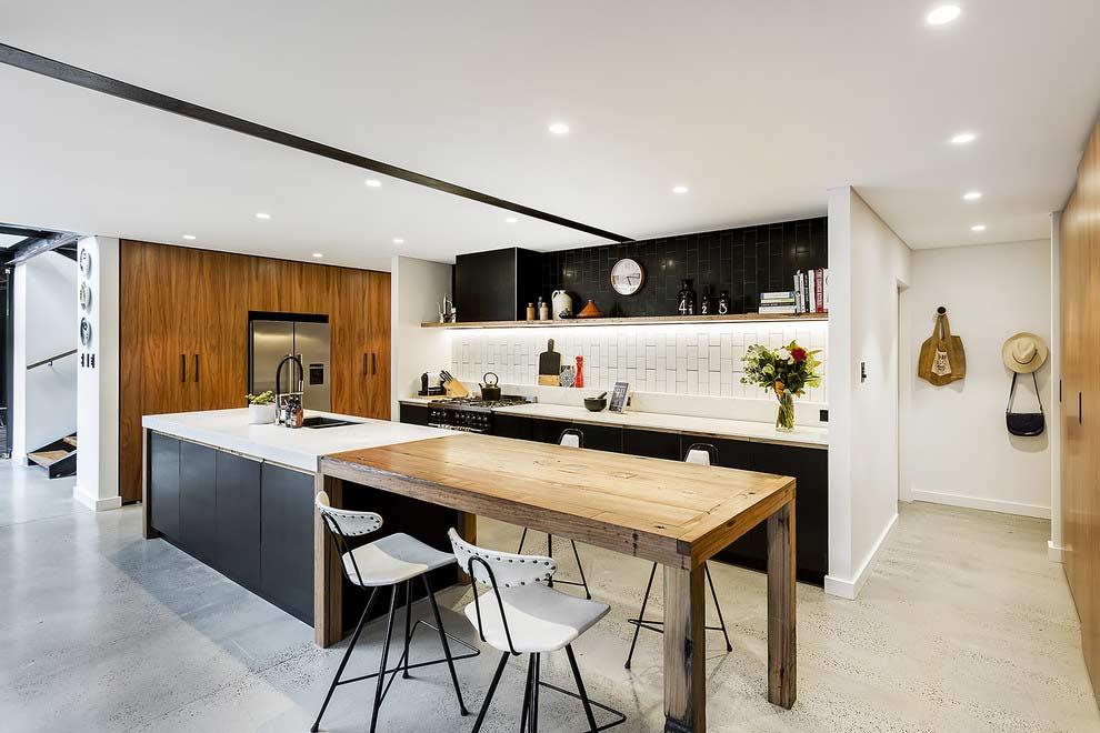 Combinação de preto e branco com madeira na cozinha