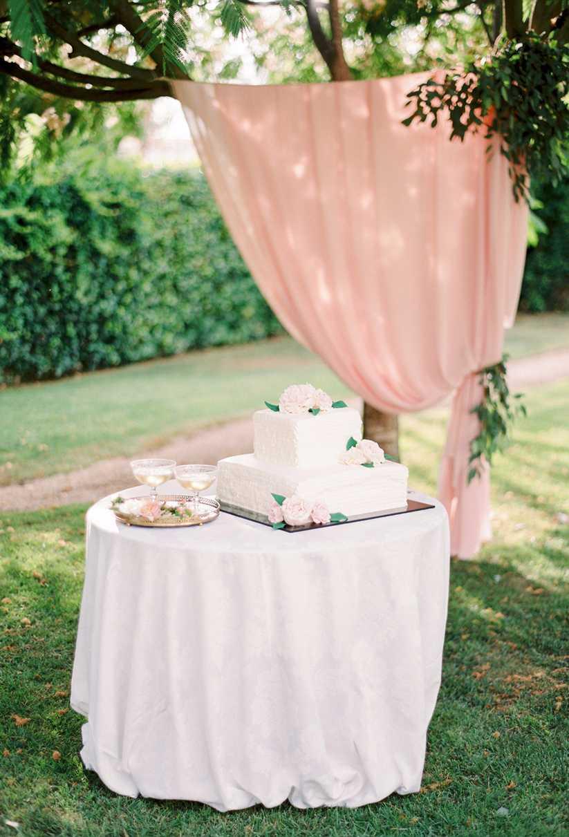 Ideia de bolo de noivado quadrado e simples