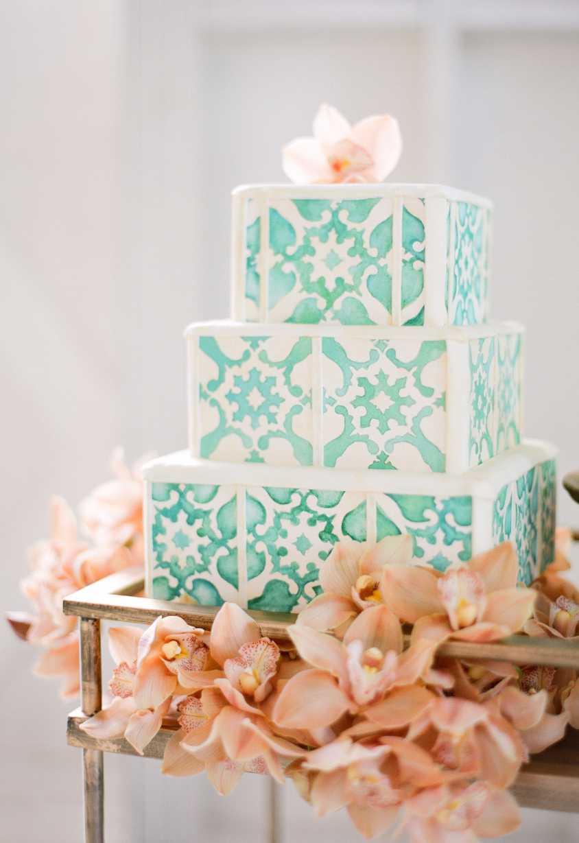 Tradição na decoração do bolo com o estilo azulejo português