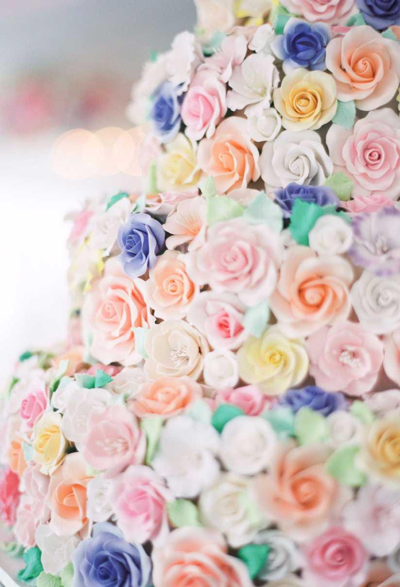 Flores na decoração do bolo de noivado