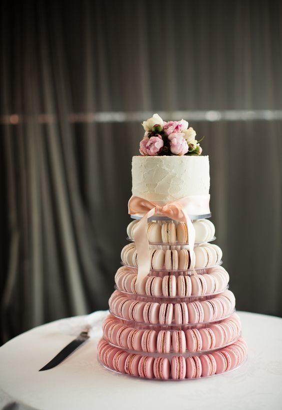 Macarons e confeitos na decoração do bolo