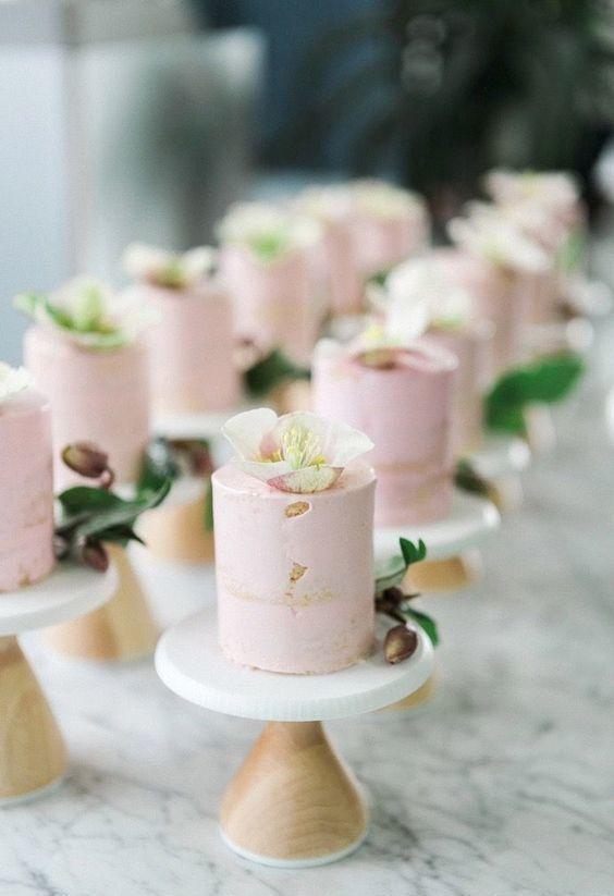 Porções individuais de bolo de noivado