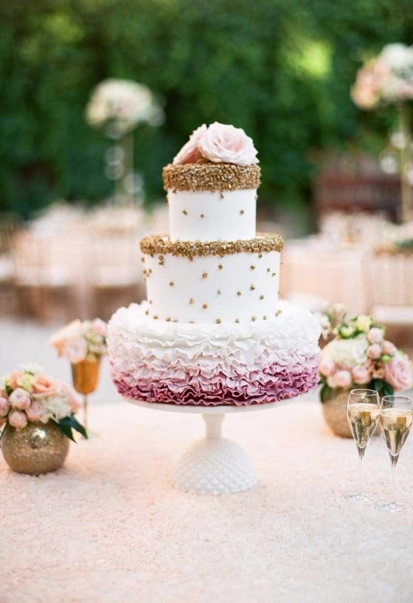 Rosa, off-white e dourado na decoração do bolo