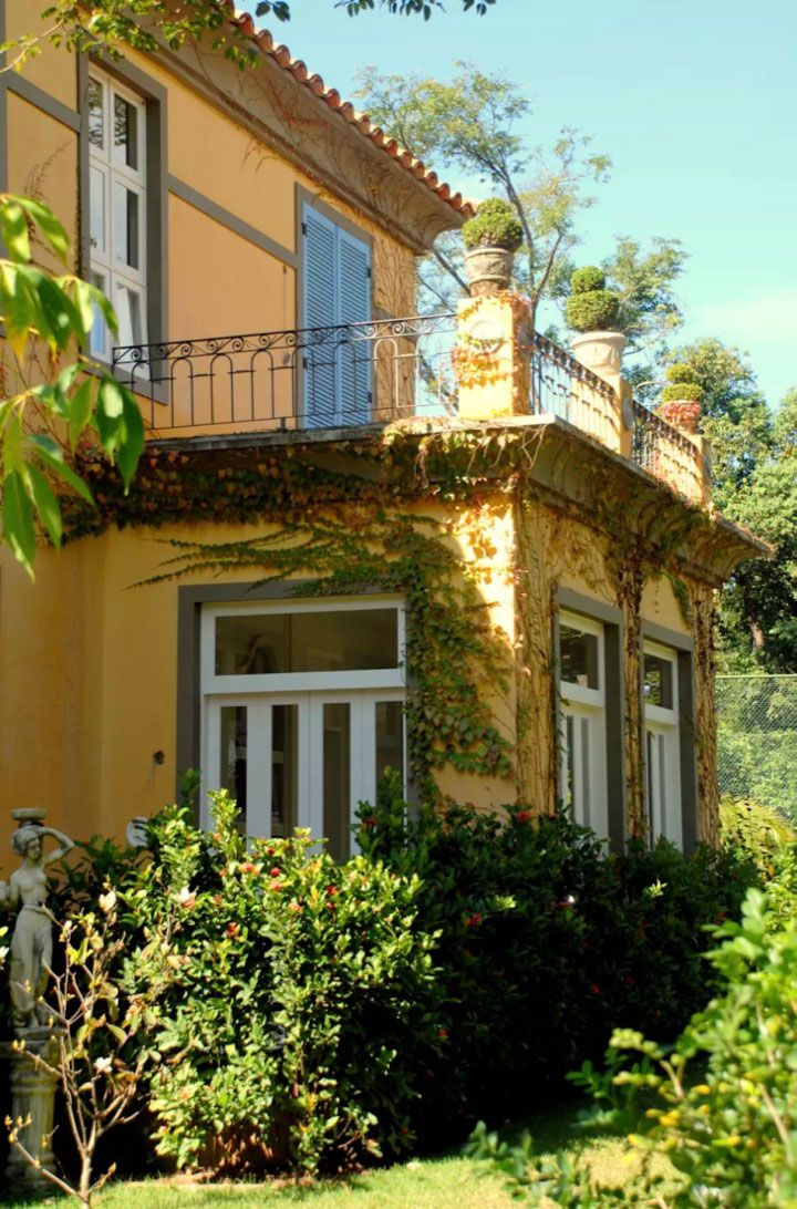 Quarto com varanda em casa no estilo colonial