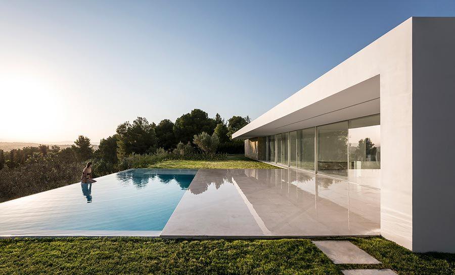 Casa térrea moderna com piscina de borda infinita