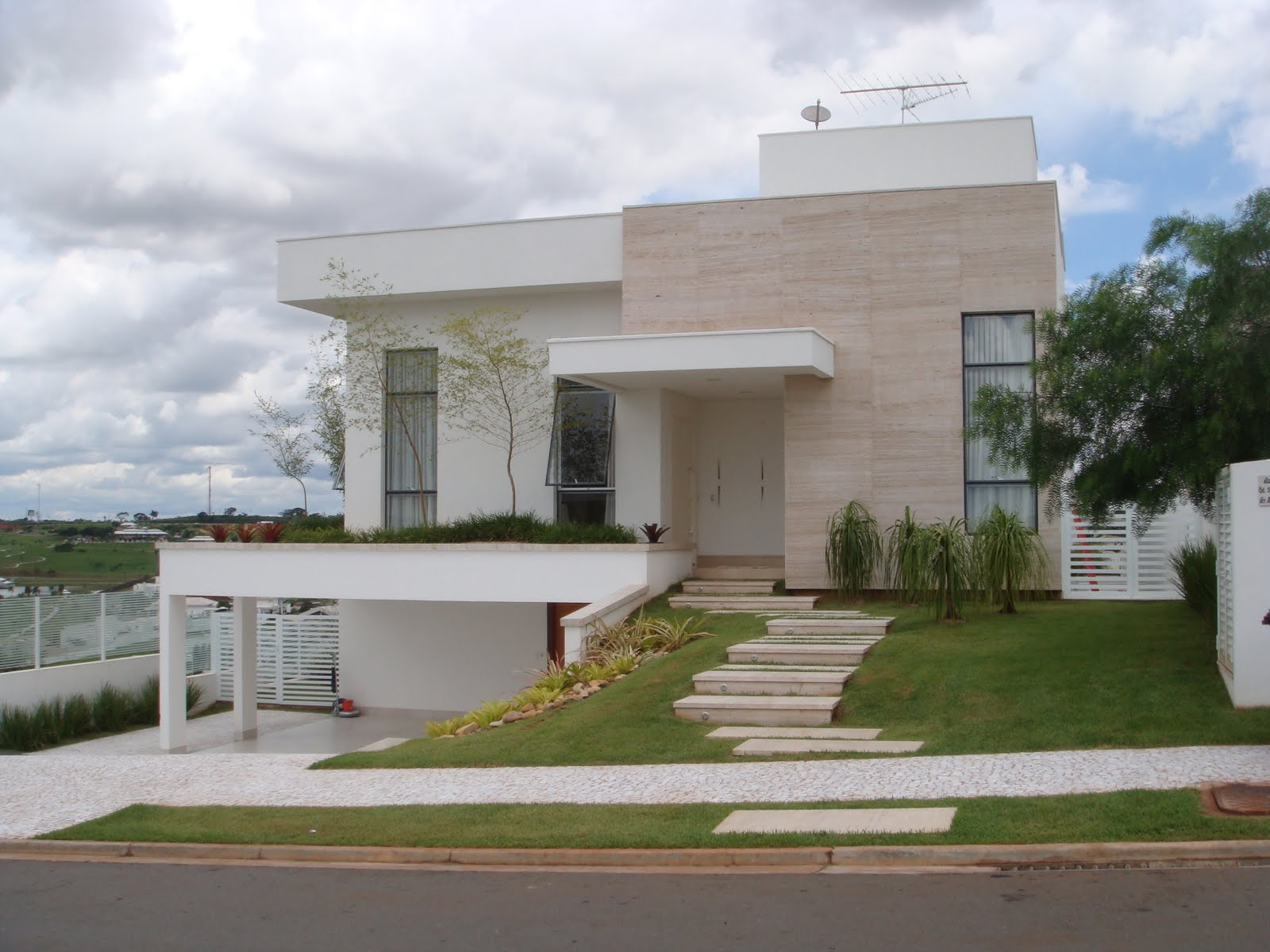 Casa brasileira com revestimento na fachada