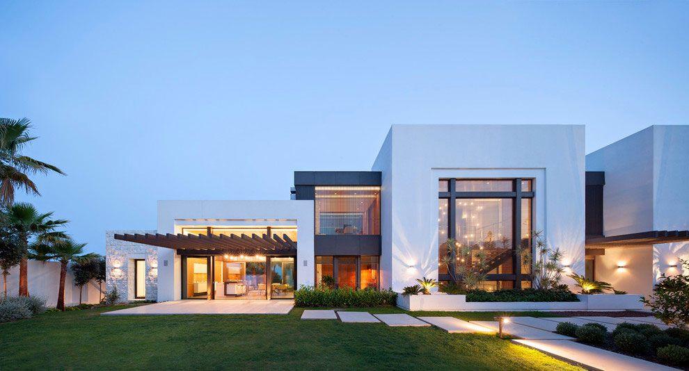 Um projeto imponente de casa grande com diferentes volumes interconectados